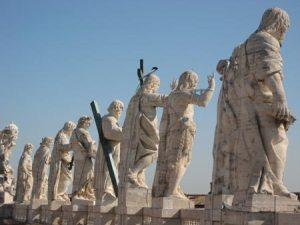 Heiliger Trupp über dem Eingang zum Petersdom. RIESENGROSS.