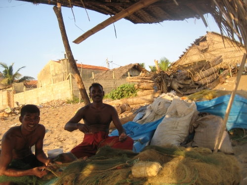 Unbekannte Fischer bei der Reparatur der Netze / Unknown fishermen repairing their nets