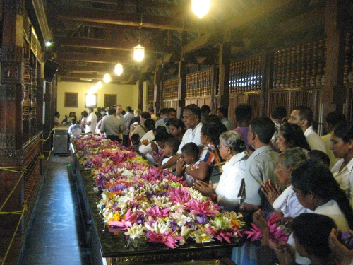 Gläubige vor dem Schrein der Zahnreliquie / Believers at the shrine of the tooth relic