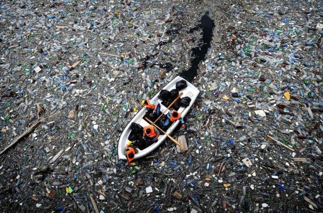 http://www.spiegel.de/fotostrecke/plastikmuell-ozeane-fotostrecke-116404-2.html